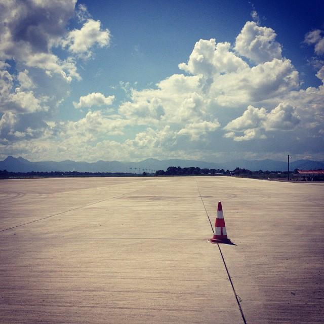 En piste solo #tarmac #aviation #okap #haiti #cone #solitude #inspired #beton #sky #clouds #landscape  (at Cap Haitien Hugo Chavez International Airport)