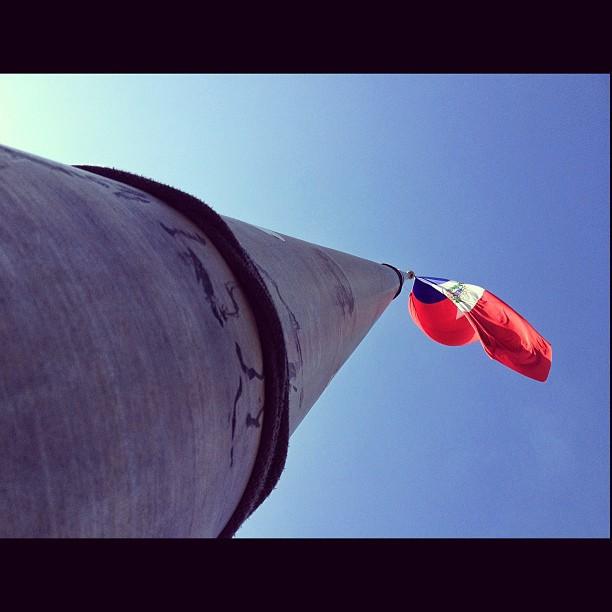 Mat du drapeau #drapeau #haiti #flag #8am #civisme #love #amourdelapatrie #photography #morning #haititourism  (at Parc Champ de Mars)