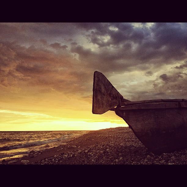 Fisherman's boat #fish #fishing #kanot #InstaSize #haiti #haititourism #sea #sunset #dramasky #sky #photographer  (at Port-a-Piment)