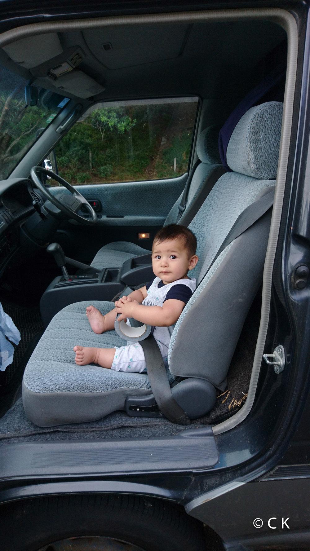 Prêt à prendre la route dans le vieux campervan Toyota