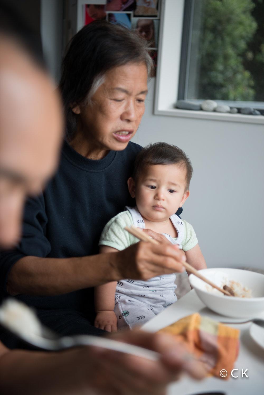 Je regarde Mamie manger avec des baguettes...