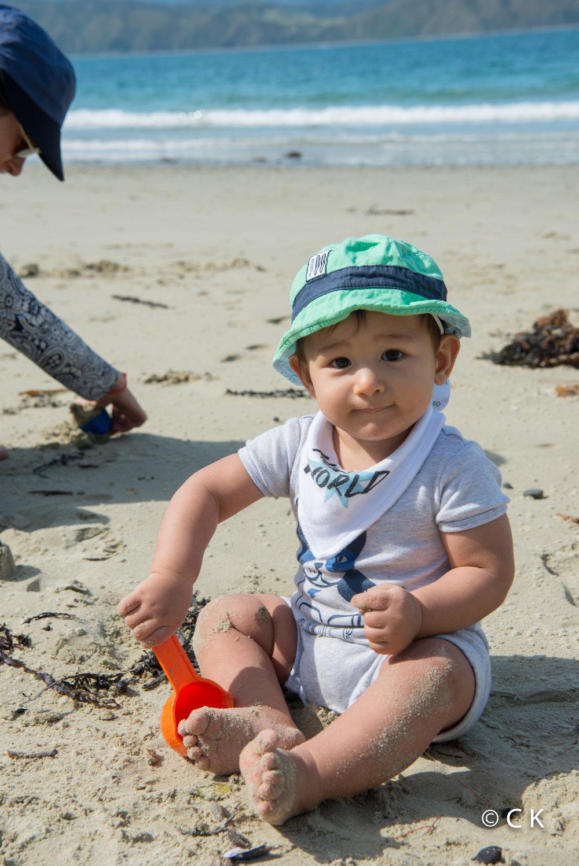 9 mois - J'aime creuser et manger du sable, pas trop les algues