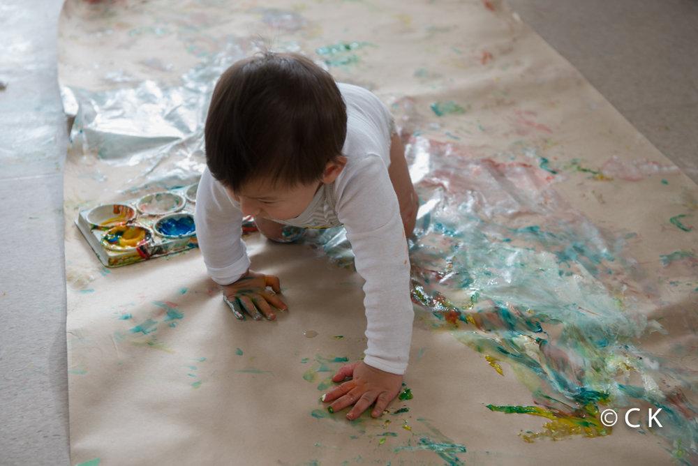10 mois - Je tente la peinture au sol... sans plus... je préfère en mettre sur maman!