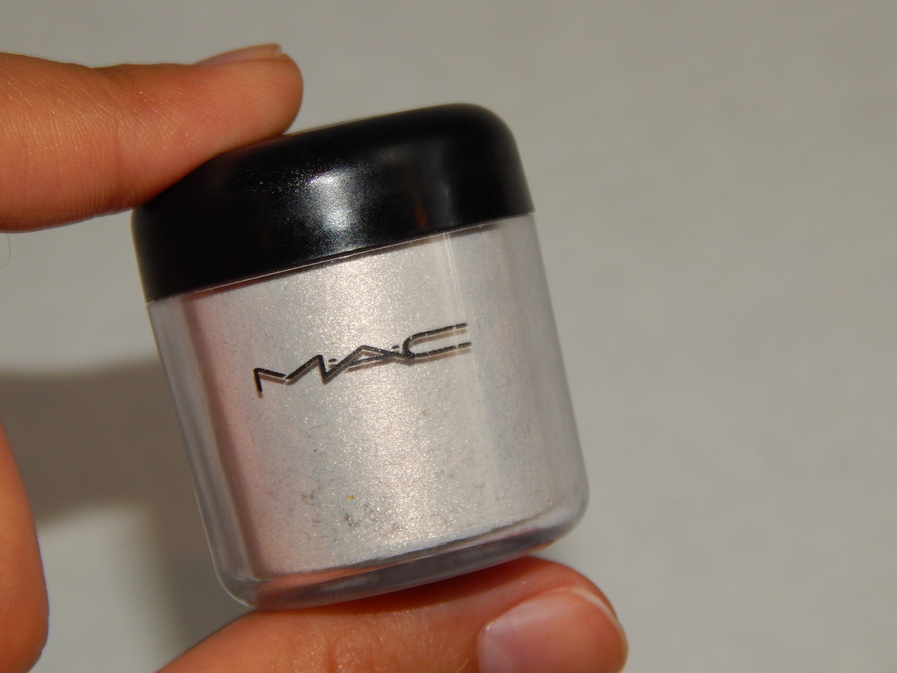 MAC Pigment in Vanilla.