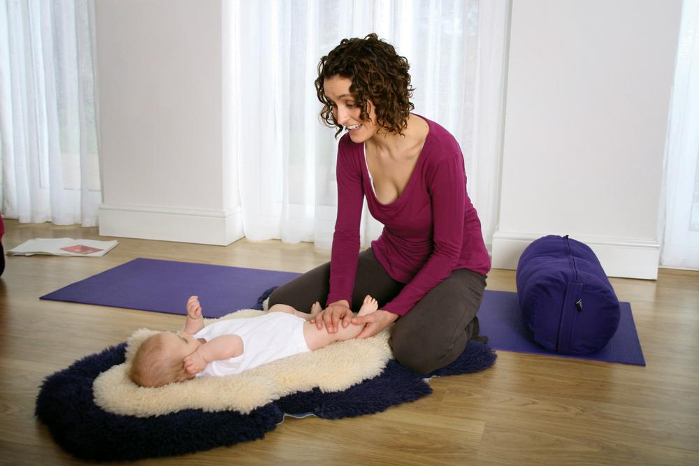 mum-and-baby-in-baby-massage-class