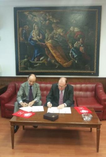 El Excmo. Sr. Decano de la Facultad de Derecho D. Raúl CANOSA USERA y D. Ángel JUÁREZ ABEJARO, presidente de APROED, en el momento de la firma del ACUERDO.