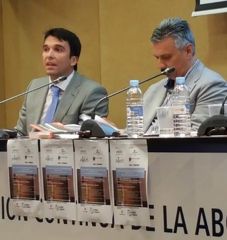 D. Carlos MAGADÁN MARTÍNEZ, inspector del CUERPO NACIONAL DE POLICÍA. D. Antonio AGÚNDEZ LÓPEZ, abogado, Secretario G  ral. de APROED, en el desarrollo de sus ponencias.