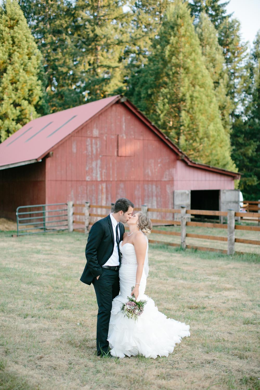 Oregon Barn Wedding by Michelle Cross-1.jpg