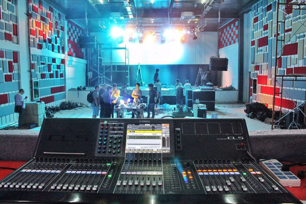 ▲墙面上的色块,是广州声博士公司提供的声学材料,让大家有更好的声音体验。