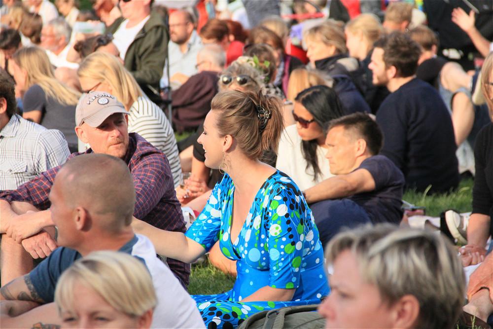 成千上万的观众中,看到了在第四届OCT-LOFT国际爵士音乐节中带来过精彩演出的Sinne Eeg,今天她也坐在草坪上,作为普通观众前来欣赏演出