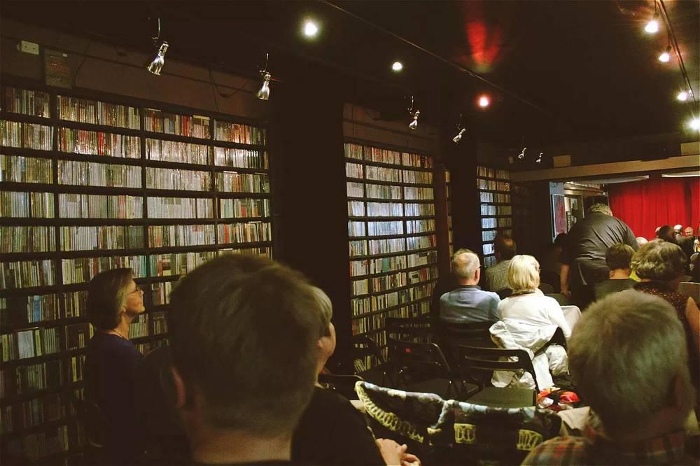 琳琅满目的CD。为了放置货架,过道十分狭窄。加上前来观看演出的观众,整个场地被挤得满满当当。
