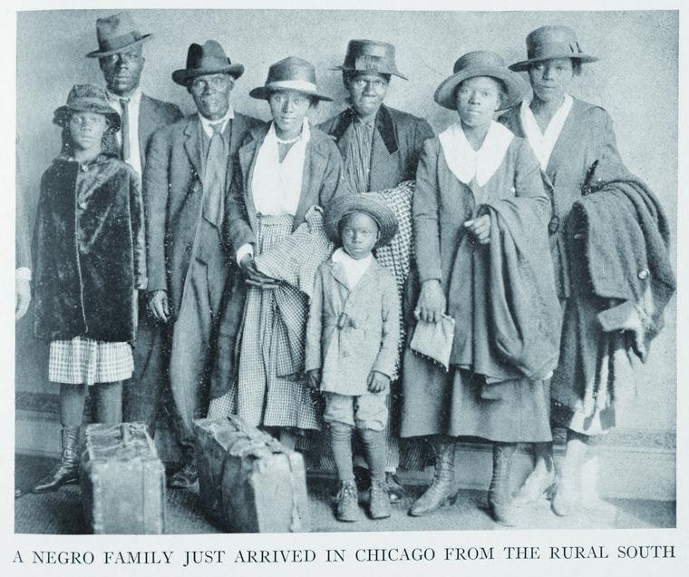 这张照片是一家子黑人从南方农村移民到芝加哥刚抵达时所拍的全家福,他们看到的可能是无穷的希望