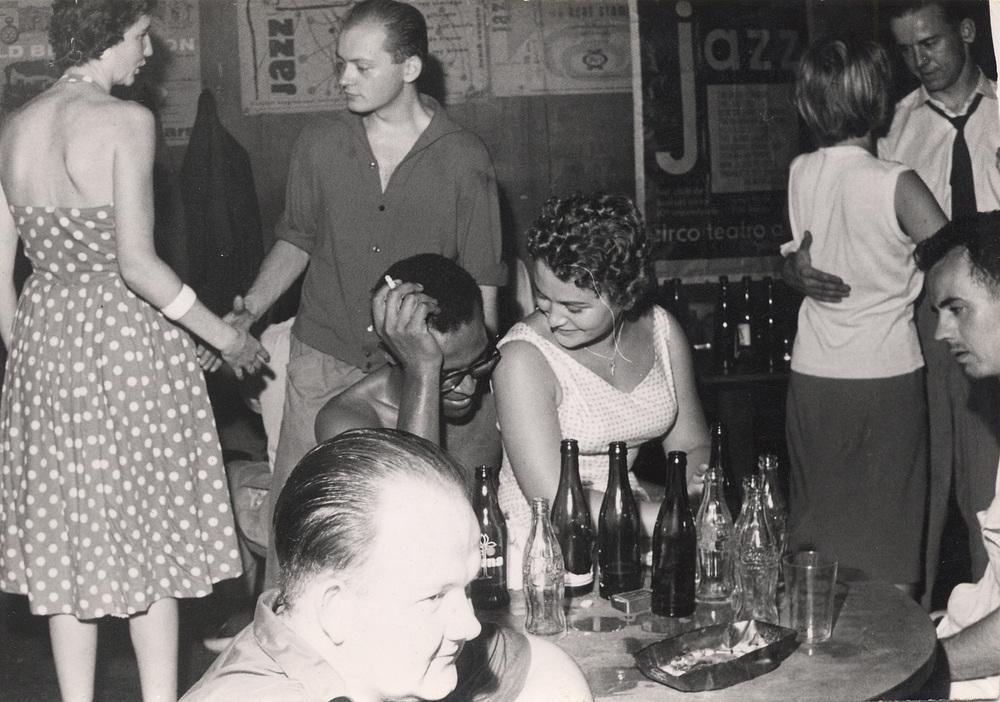 German jazz fans at Jazzkeller Frankfurt, 1950s(德国爵士乐迷在法兰克福的Jazzkeller俱乐部,1950年代)