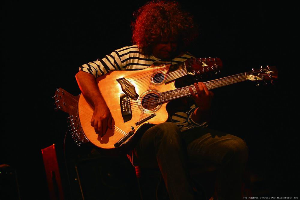 Pat Metheny 帕特·梅思尼(1954- ),美国著名吉他手/作曲家,弹奏42弦Pikasso吉他