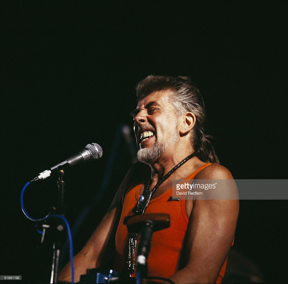 John Mayall在1986尼斯音乐节现场。John Mayall(1933 - ),英国布鲁斯音乐家,2005年因对音乐的贡献被授予大英帝国勋章。