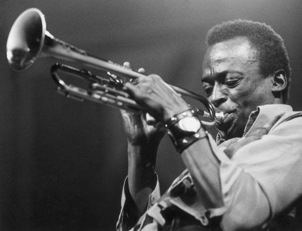 Miles Davis(1926 - 1991),美国爵士乐演奏家/小号手/作曲家,20世纪最有影响力的音乐人之一。