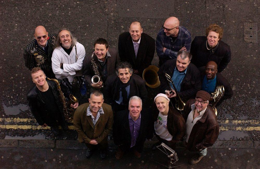 Loose Tubes,活跃于上世纪80年代中期的英国爵士乐队/管弦乐团,2014年曾重组演出。