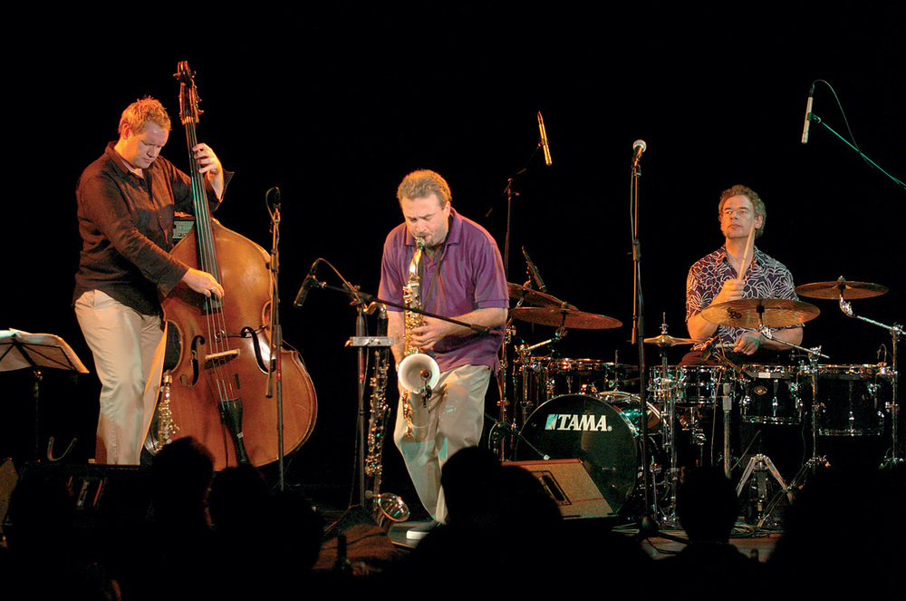 Earthworks,英国鼓手Bill Brufords(1949-)组建的爵士乐队。