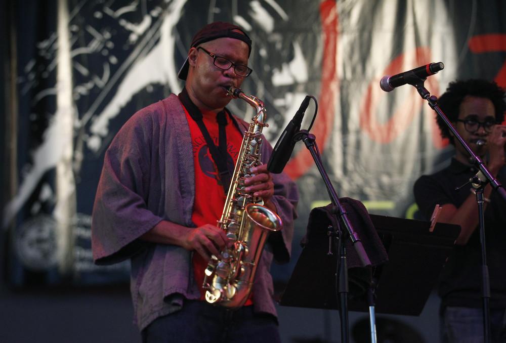 Steve Coleman(1956 - ),美国黑人萨克斯手/作曲家,组建了M-Base乐团。