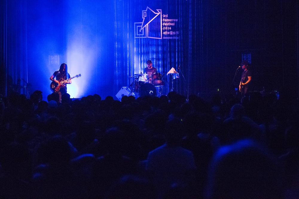 明天音乐节 0512 第二场 马木尔、张东、李剑鸿 吉他贝斯鼓这三大件在他们手里充满前卫的张力.jpg