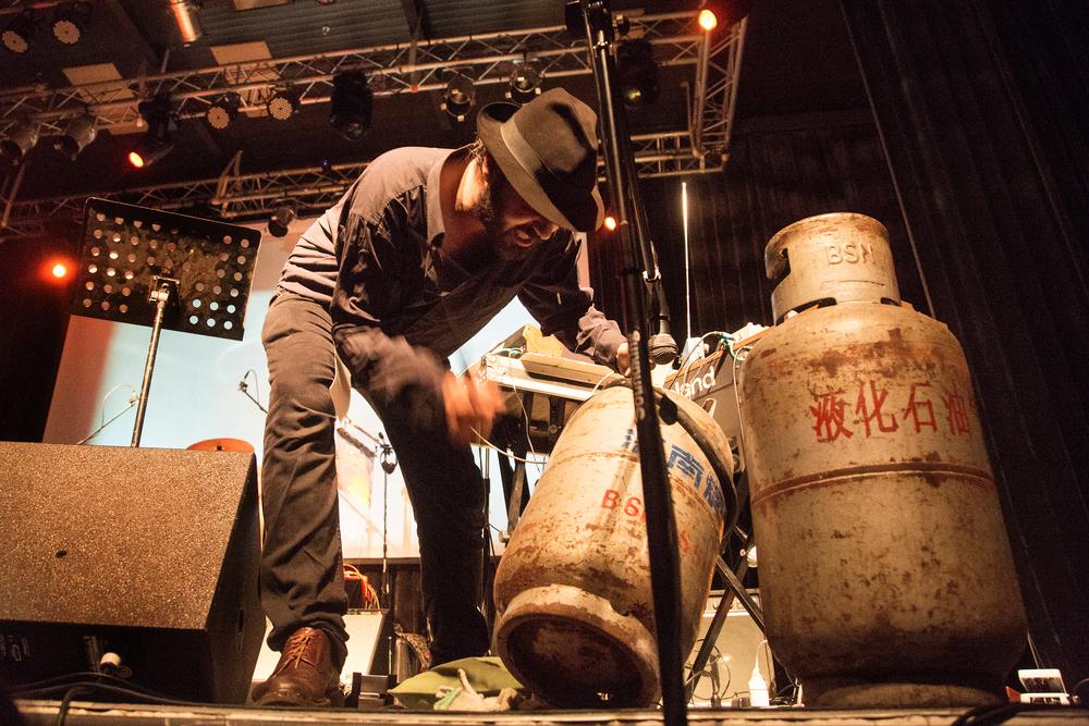 faUSt演出现场,废弃煤气罐成为演出道具之一.jpg
