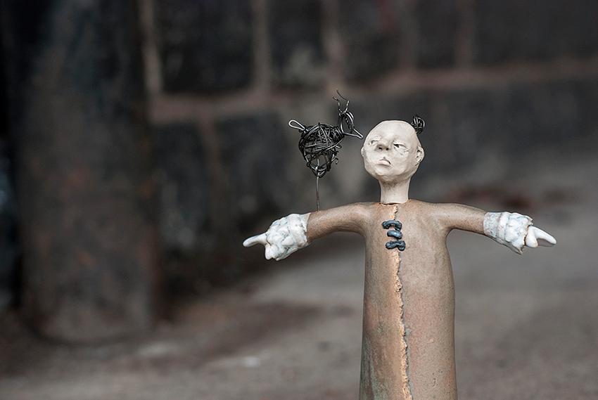 Mr. Birdman gillar egentligen inte fåglar men dom lämnar honom inte i fred. Mest av allt avskyr han måsar! Speciellt på mornarna när dom skriker utanför hans sovrumsfönster. Då vill han avfyra ett varningsskott... tvärs igenom den lilla fågeln