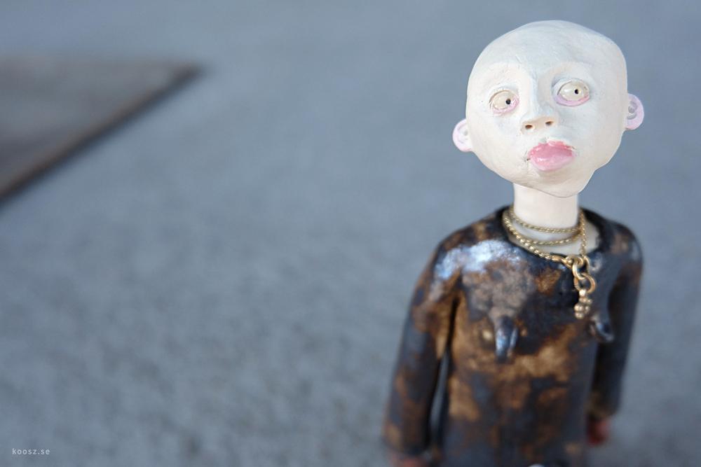 Oleg blev Olga.  Det blev nåt knas i passet, men va fan. Det är bara att gilla läget. Oleg gillar sitt bling och sitt schyssta läppstift. Helt plötsligt öppnade sig en helt ny värld. Och så har han ju fått ett par helt egna bröst att leka med.