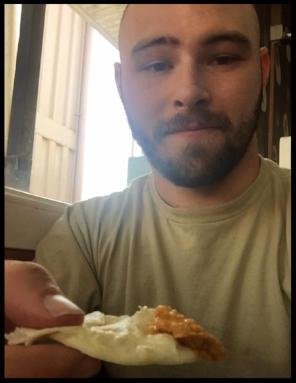 Disfrutando de un hummus en un restaurante turco en Kabul (Agosto de 2016).