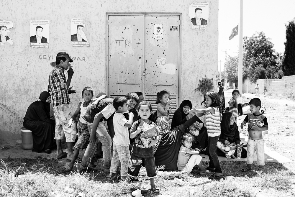 Children are playing outside the Tal Abyad border. The video of this photo is  here