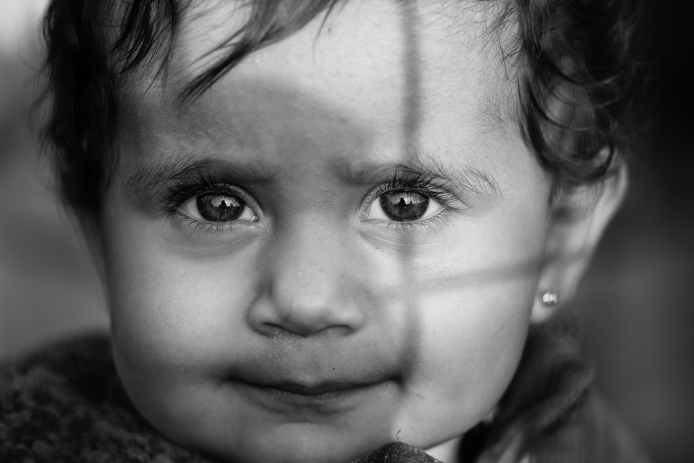 The gaze of a syrian little girl inside a camp