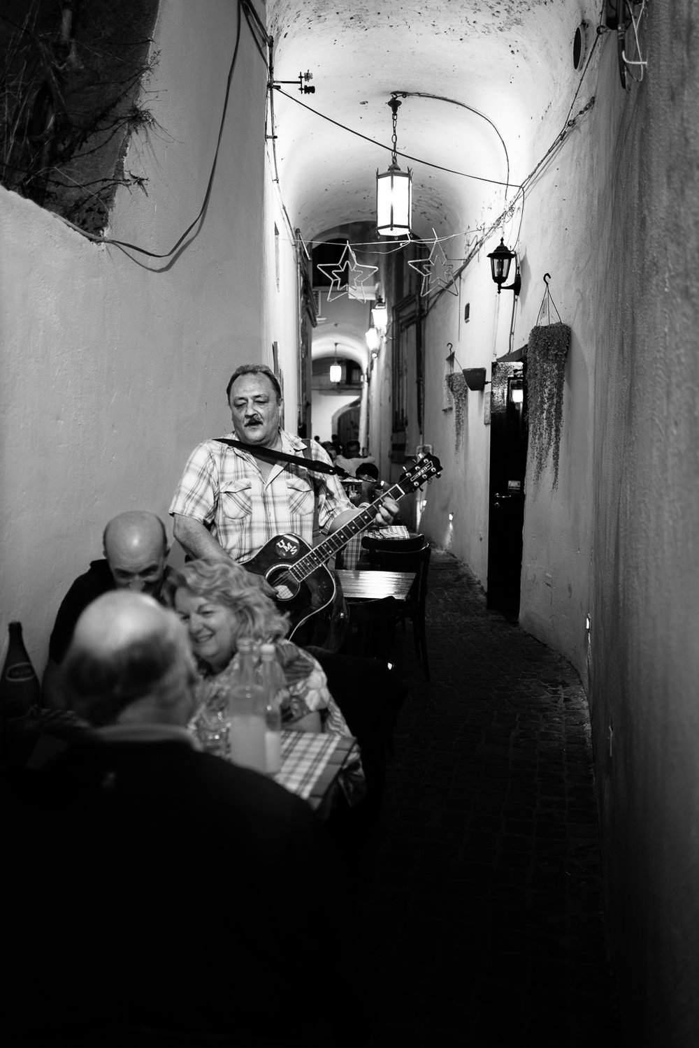Music during dinner among the alleys