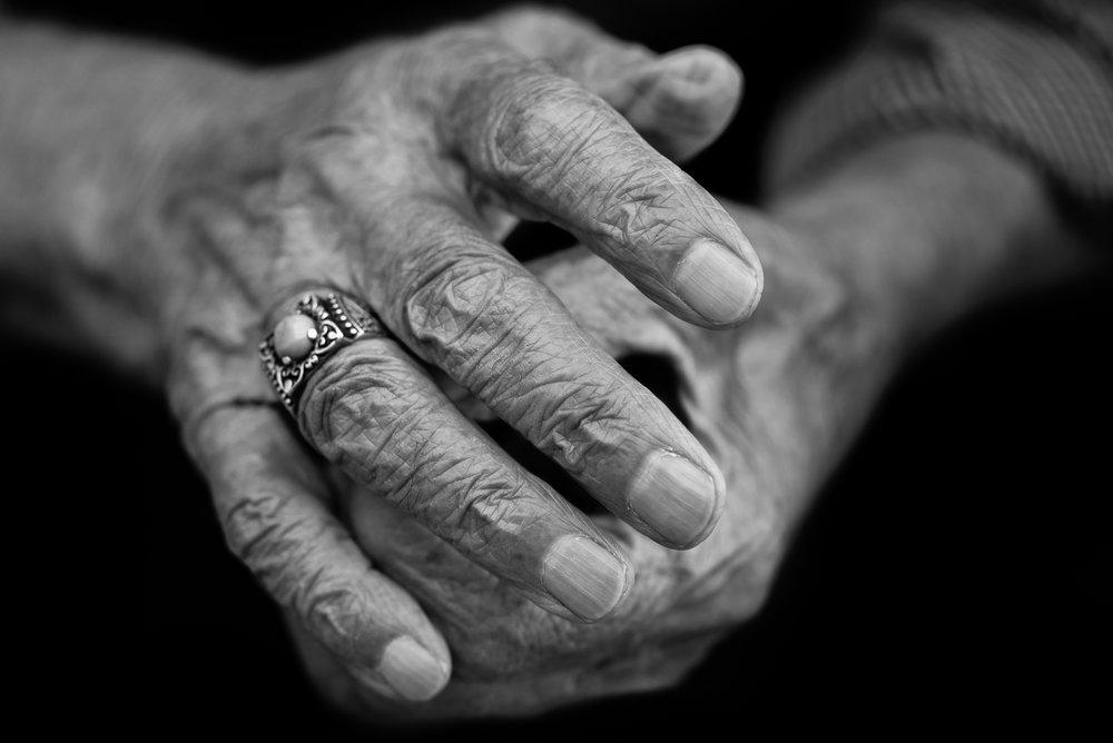 The hands of a singer in Diyarbakir (Turkey)