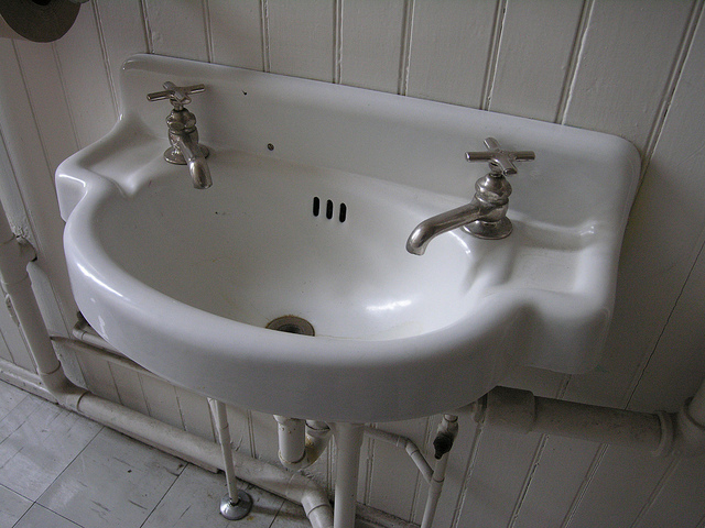 OLD WHITE SINK BY  COLLEEN   CREATIVE COMMONS   WWW.FLICKR.COM