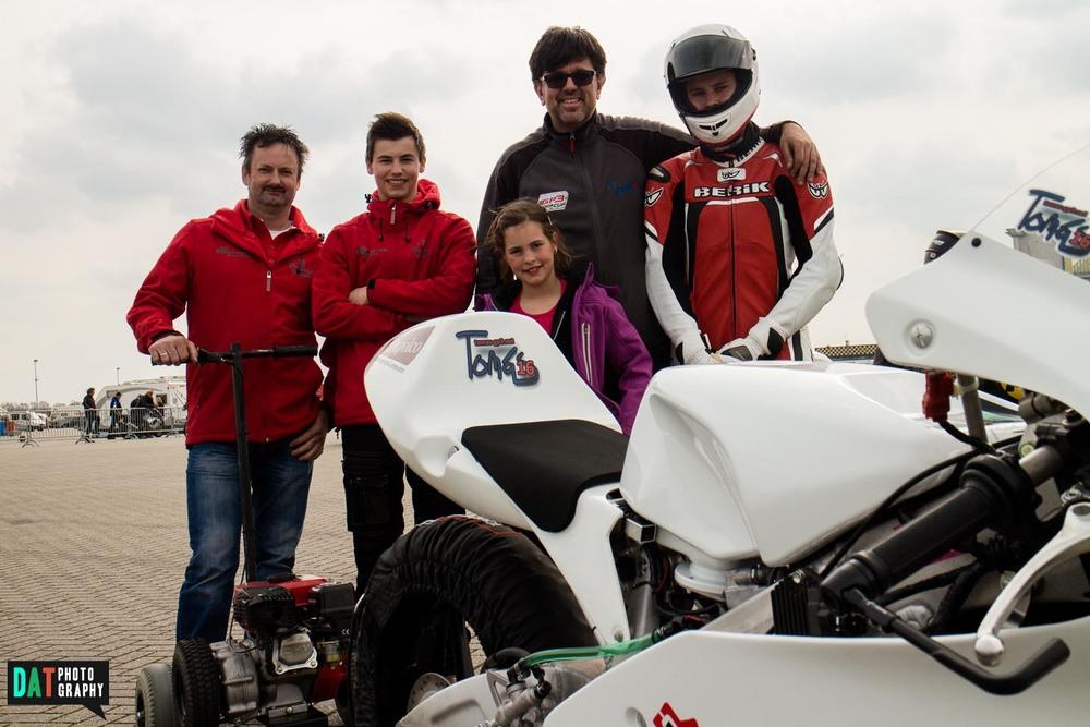 Jan en Eduard Troost, mijn vaderen mijn nichtje Isabelle vlak voor de start. Ik was best zenuwachtig voor de eerste keer op de Moto3