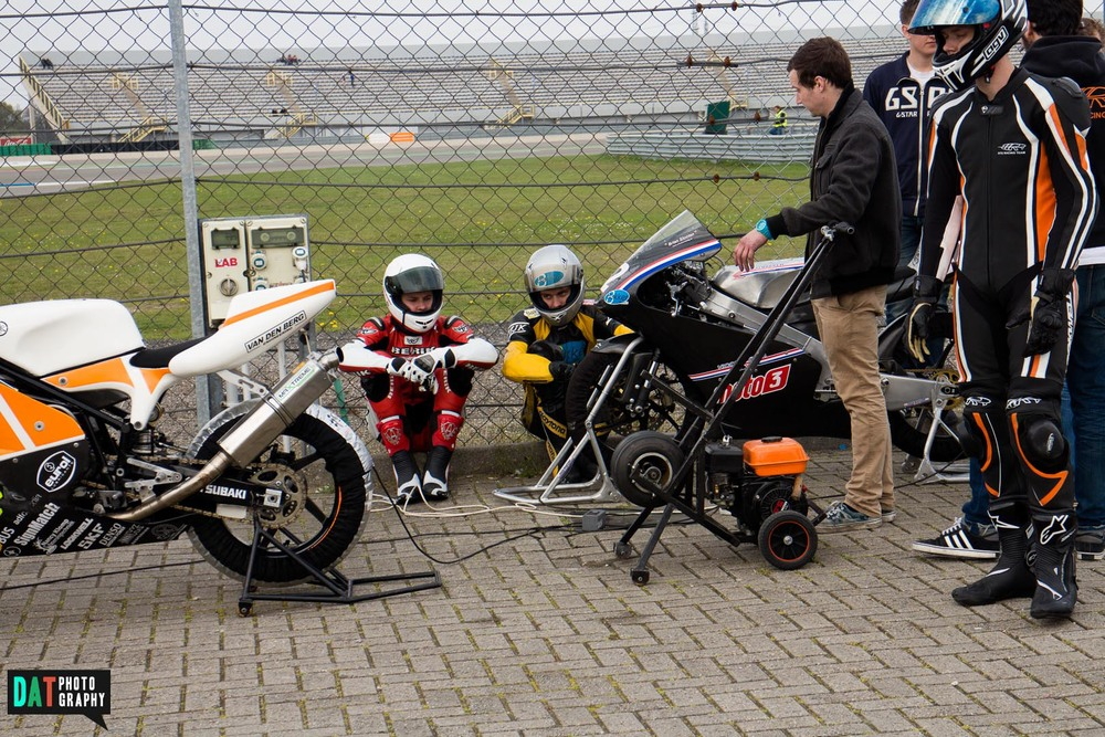 Samen met Brian Slooten #42 wachten op de start. Duurde 10min langer omdat er een zijspan omgeslagen was. Brian zou later in de race uitvallen door een val in de Strubbe.