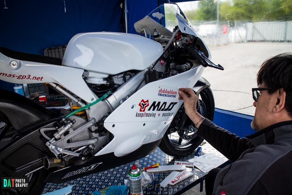 Op vrijdag hadden we tijd alle sponsoren op de motor aan te brengen. Het eindresultaat ziet er goed uit.
