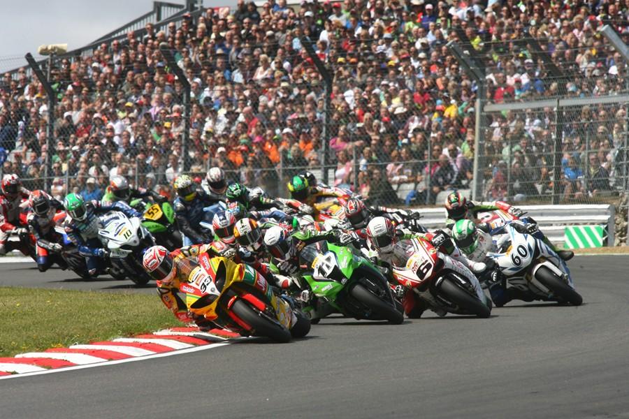 Bij de British Superbike zitten de tribunes met meer dan 30.000 mensen aardig vol.