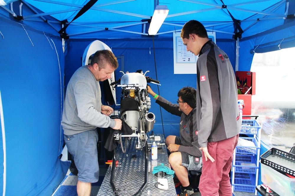 Na de crash alles schoonmaken en repareren zodat we weer konden rijden op Anglesey Circuit afgelopen vrijdag.