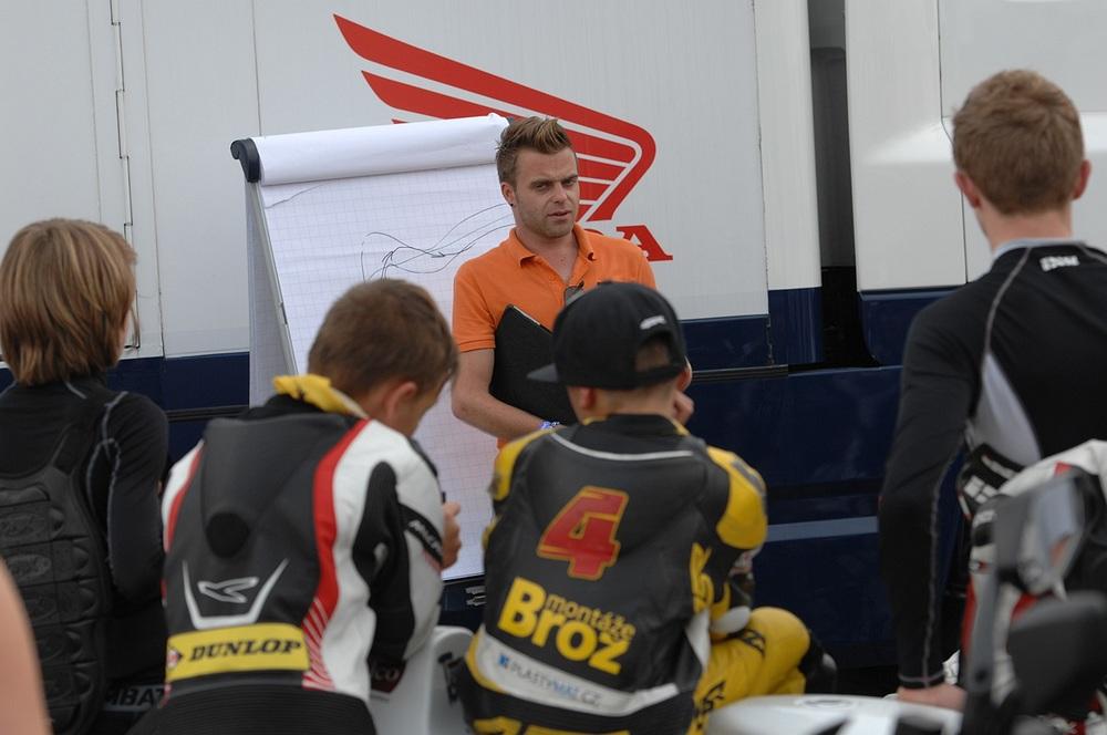 Voor elke sessiekrijgen we van oud coureurJoey Litjens instructies en opdrachten voor het racen.