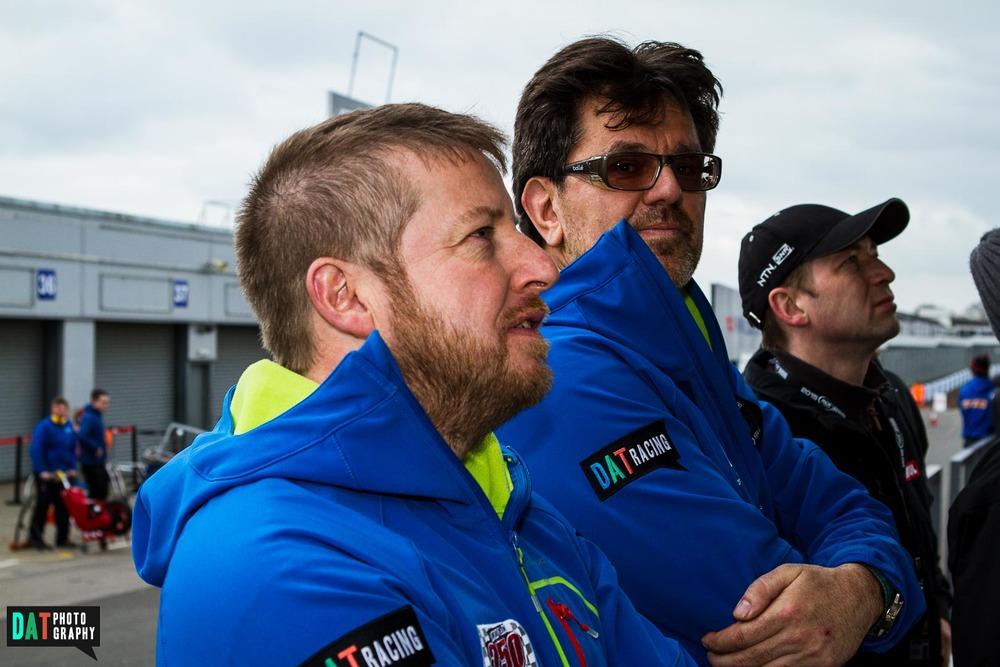 Het begeleidingsteam op de pitmuur tijdens de vrije training