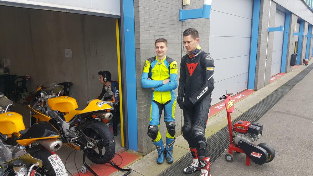Samen met Brian Slooten #42 kijken bij de concurrentie.