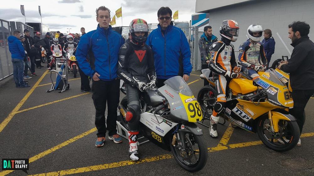 Samen met Joris en mijn vader wachten voor de eerste race van het seizoen!