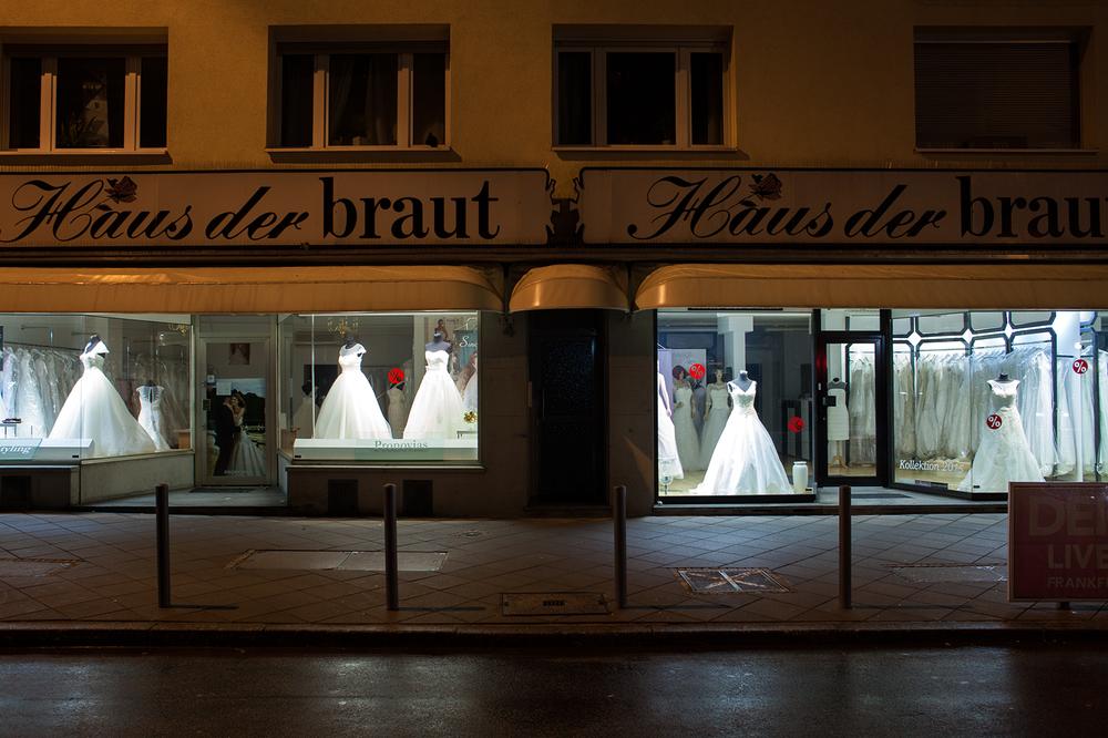"50°06'44.9""N 8°41'08.0""E ,  16/12/2014, 0819 Window dressing, Haus der braut bridal store, Berlinerstrasse, Frankfurt"