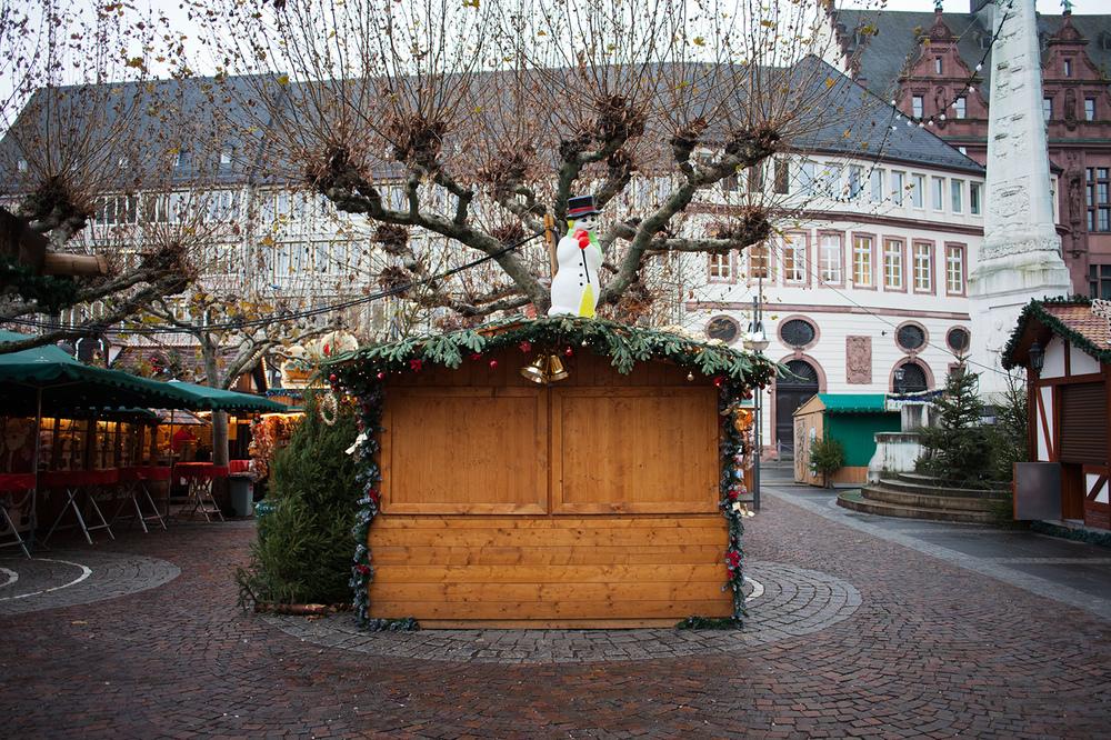 "50°06'40.0""N 8°40'52.5""E ,  16/12/2014, 0949 Snowman, Christmas market, Paulsplatz, Frankfurt, Germany"