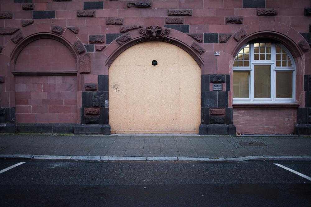 "50°06'37.6""N 8°40'47.5""E ,  16/12/2014, 0953 Plywood boarding,  Bethmannstrasse, Frankfurt, Germany"