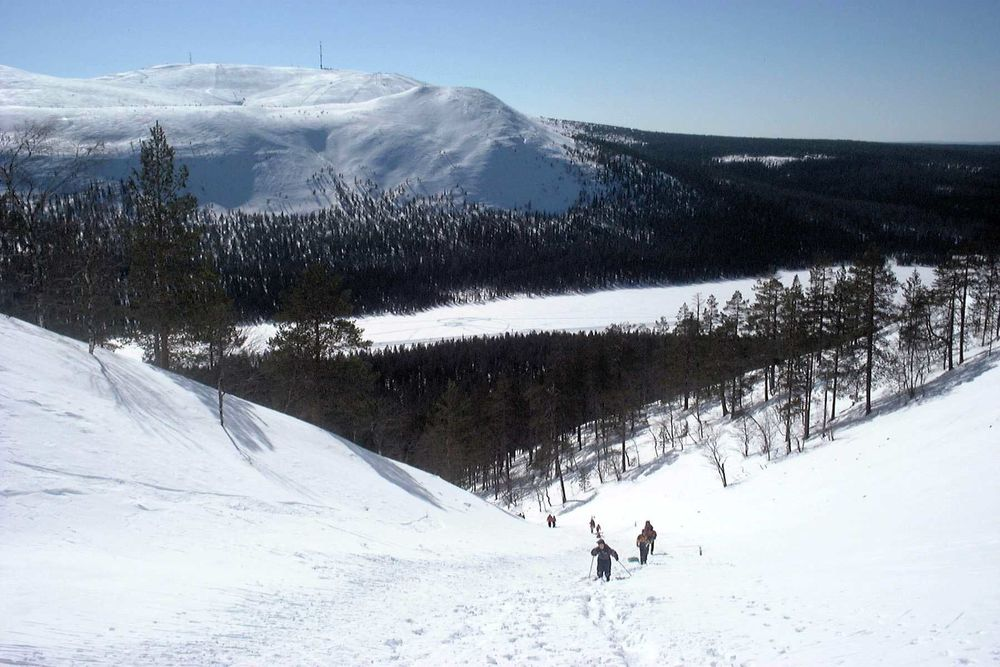 The view toward lake Kesänki and the Kellostapuli & Ylläs fells. Our family climbing upward in the spring of 2001.