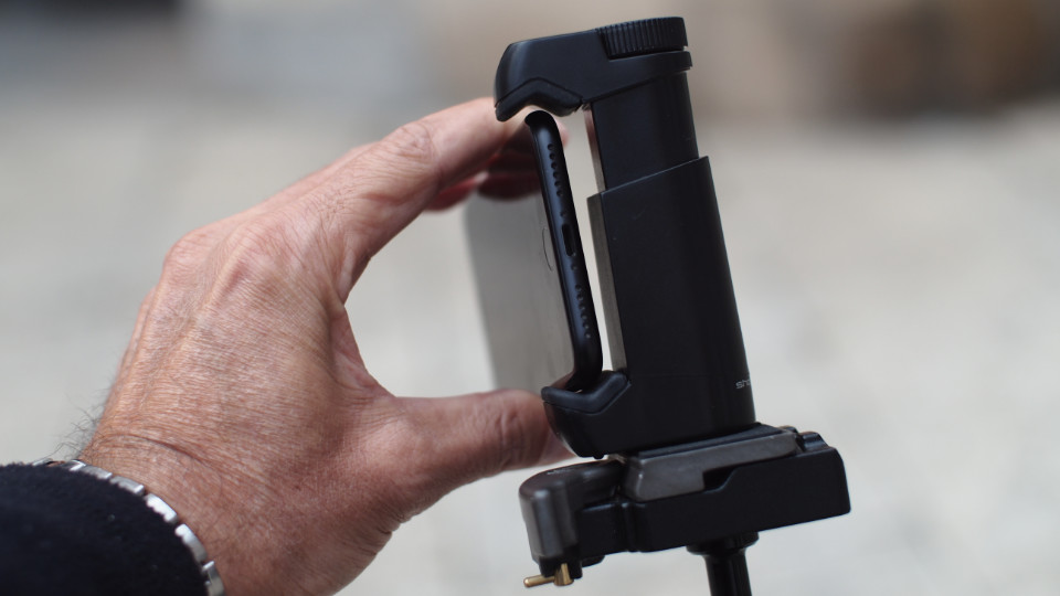 Tripod mount adapter for iPhone - 01