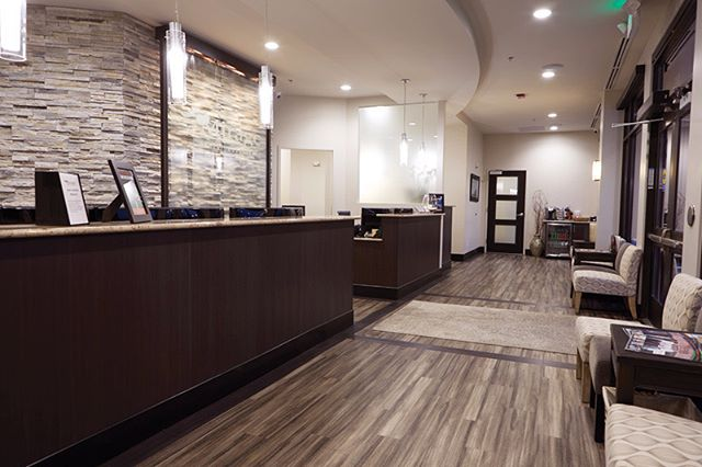 I N T E R I O R S :: Reception of Mirage Dental in Castle Rock, Colorado . . #PWNArchitects #dental #dentalclinic #dentaloffice #interiordesign #interior #interiors #interiordesigner #interiorstyle #karndeanflooring #karndeanfloor #splitface #splitfacestone #waterfall #sunsetstone #pendantlight #custom #customdesign #contemporary