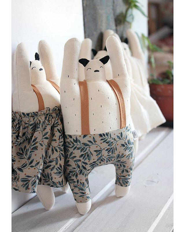 ✨ Le Retour ✨ Quelques semaines de silence et pérégrinations IRL plus tard me revoici , mais pas toute seule 💛 ! Bonne nouvelle: vos Tokie Tokiko chouchous sont de nouveaux disponibles sur le shop avec les traditionnelles fluffy boules de noël. Très beau samedi à vous 💛