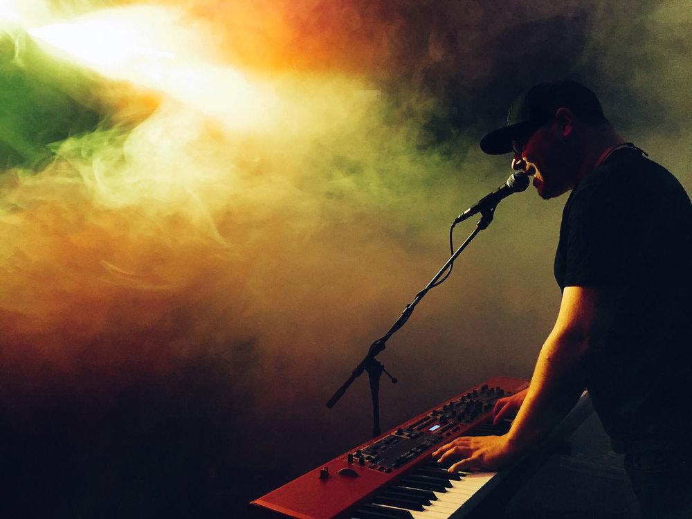 keyboard speler op het podium tijdens concert fotografie